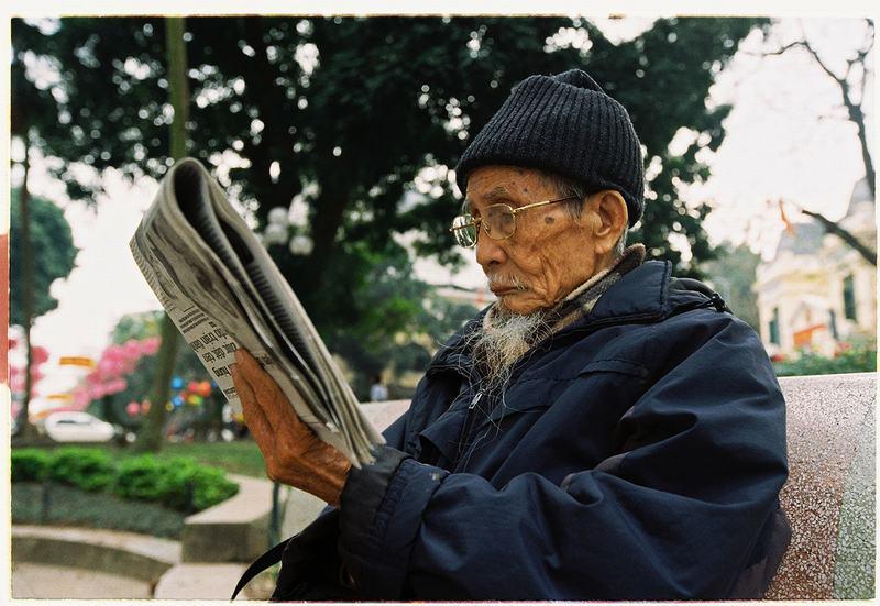un-vieux-lisant-le-journal