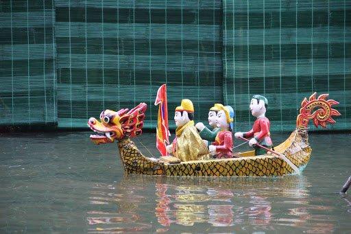 legende du lac de lepee restituee au spectacle de marionnettes sur leau vietnam