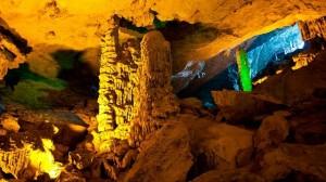 belles-grottes-a-halong-vietnam