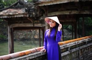 jeune-fille-vietnamienne-en-robe-traditionnelle