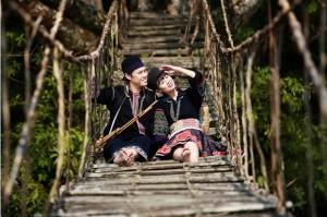un-couple-prennant-la-photographie-de-mariage-a-sapa