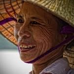 une-femme-vietnamienne-au-chapeau-conique