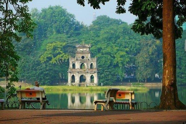 le-bord-du-lac-de-hoan-kiem-hanoi-vietnam-photos (1)