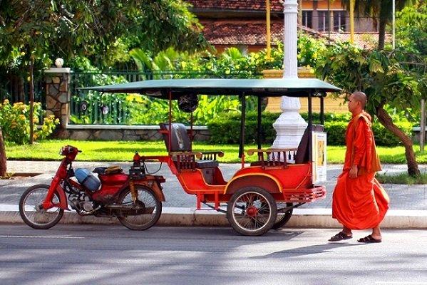 tuktuk-moyen-de-transport-populaire-au-cambodge1